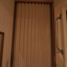 アコーディオンカーテンがあるので周囲も気になりません。