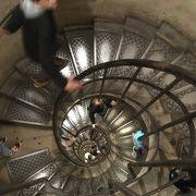 延々と続くらせん状の階段が面白いです