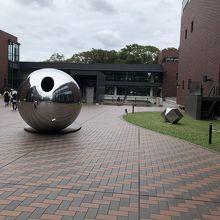 美術館の入口手前に置かれているオブジェ…