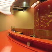 天ぷらカウンターで目の前で揚げるアツアツの天ぷら