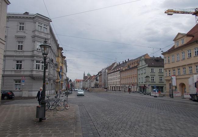 旧市街地の中央から南に通じる通りです。