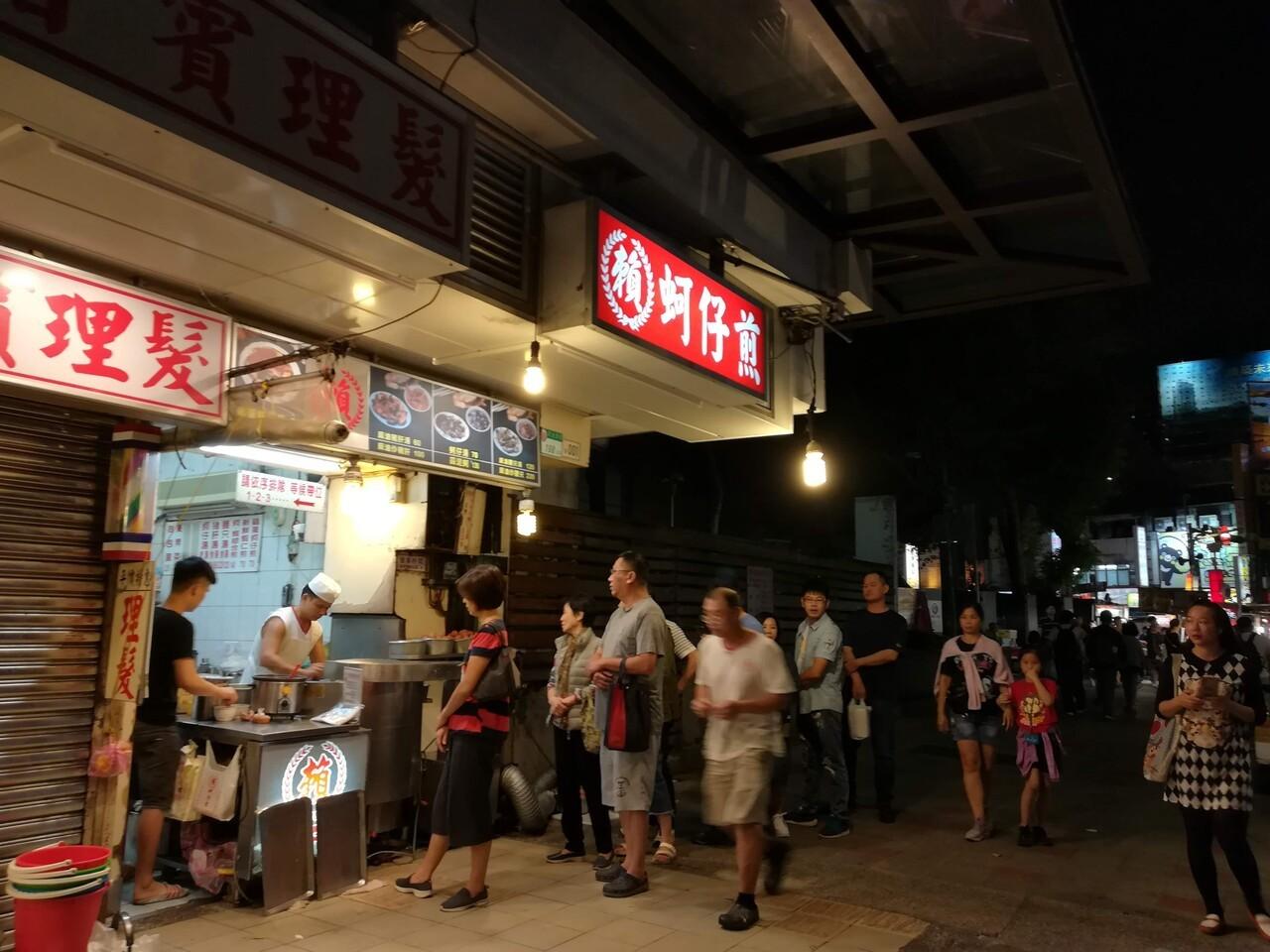 牡蠣オムレツのお店。人気ですね。