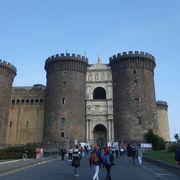 大型客船ターミナルの入口にあるお城。卵城と間違わないでください。
