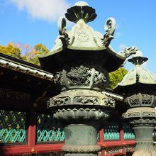 50基ある銅灯籠には奉納者の名前が刻まれているので徳川御三家や藤堂高虎などの灯籠を探してみては