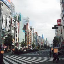 たくさんの雑居ビルが並んでいた大通りでした。