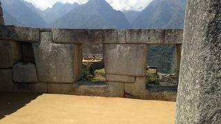 神聖な広場と3つの窓の神殿