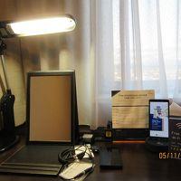 携帯電話、鏡、スマホの充電器配備。