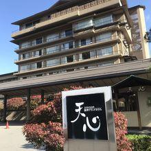 阿知川沿いに建つ大きなホテルです。