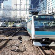 横浜の海沿いを走る短い路線