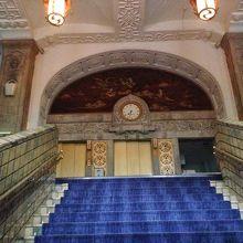 本館エントランス前。ドラマのロケにも出てくる貴賓室への階段。