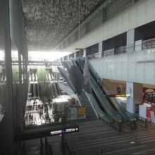 MRT桃園機場線台北駅のロビーは開放的。