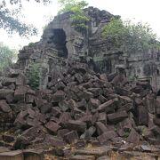 現在修復作業が行われていますが至るところに石材が崩落していて廃墟の雰囲気が残る遺跡です。