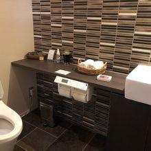 広いトイレ。みかんの皮を黒く焼いた消臭剤。