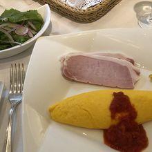 朝食は洋食で。名物のロースハムはテーブルで切り分けてくれる。