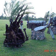 空港に展示されていた対空機銃とエンジン