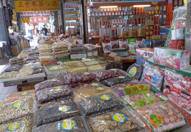 店内に店頭にたくさん並ぶ乾物の数々