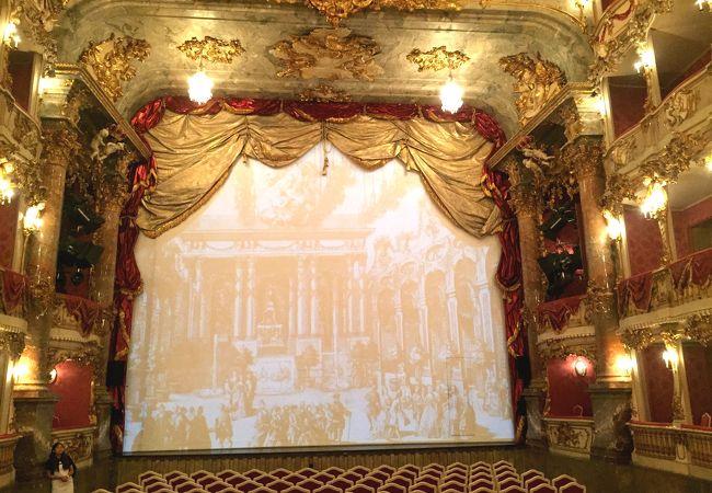 小ぶりな劇場