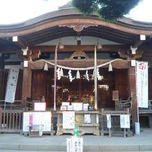 鳩森八幡神社の本堂です。御祭神は応神天皇と神功皇后です。