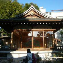 鳩森八幡神社の本堂の北側にある能楽堂です。立派な能楽堂です。