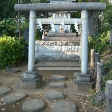 経路上の脇に、浅間神社があります。鳥居も置かれています。