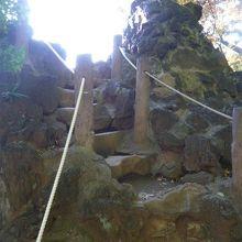 頂上への経路です。急勾配でかつ屈曲した経路です。両側は、溶岩