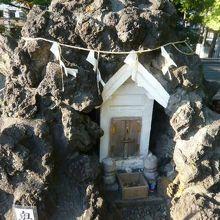 頂上に置かれた白い祠です。写真左下に、奥宮の文字が見えます。