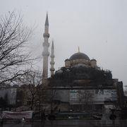 エミノニュ駅降りてすぐにあるモスク