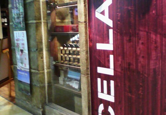 甲府駅改札近くにあり短い時間でお土産用のワインを探すのに便利