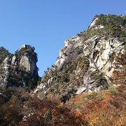 中国奥地の秘境を思わせる縦長に聳える迫力の岩山