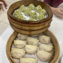 烏龍茶小籠包250元、エビ餃子230元
