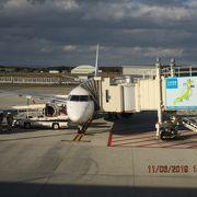 ゲートで待っていると、出発時刻の30分ほど前に1便が到着しました