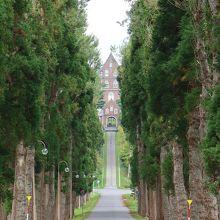 並木の奥に見える修道院