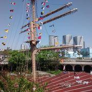 特に素晴らしいのは、竹芝客船ターミナル 臨港広場にある大きな船のマストのオブジェ