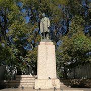 日本銀行を背にして建つ渋沢栄一の銅像