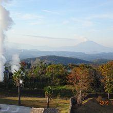 ベランダから湯煙と桜島