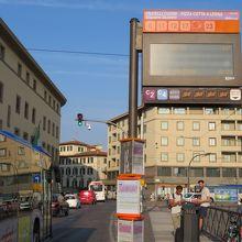 サンタマリアノベッラ駅から市内バス12番に乗って行く。
