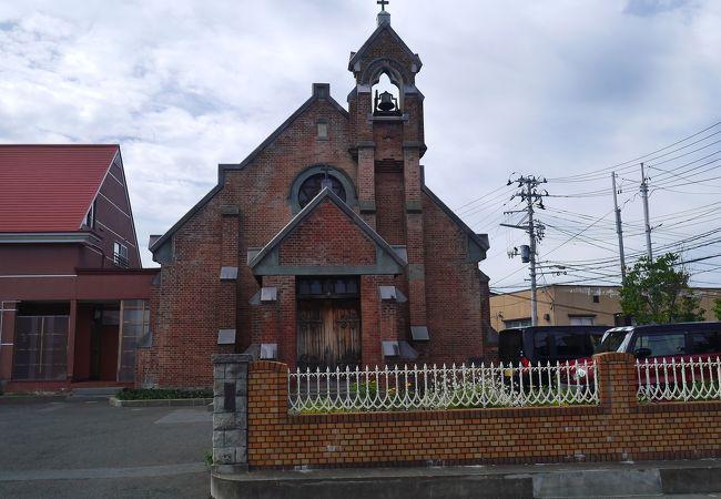 赤レンガのどっしした教会です