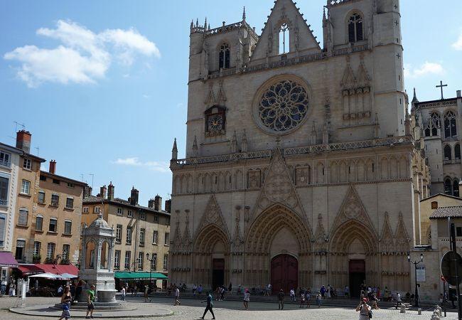 旧市街に建つ立派な教会、天文時計がありました
