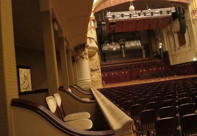 市民会館の中にある装飾の美しいコンサートホール