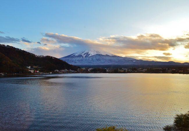 南岸には富士山、河口湖には渡り鳥 東岸には紅葉 西岸山並みには夕焼け