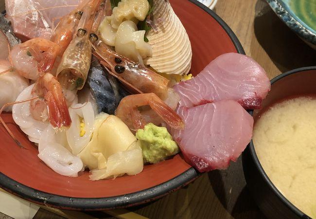 駅構内で海鮮丼