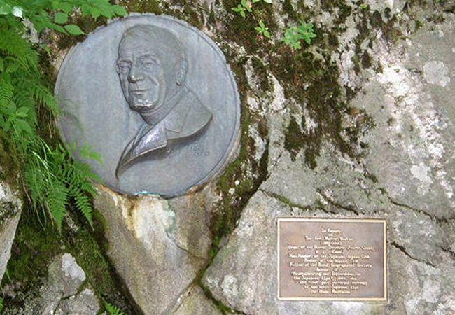 英人牧師ウォルター・ウェストンのレリーフ