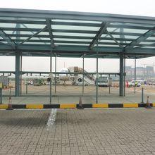 バスからCIQへ向かうターミナル外側の道