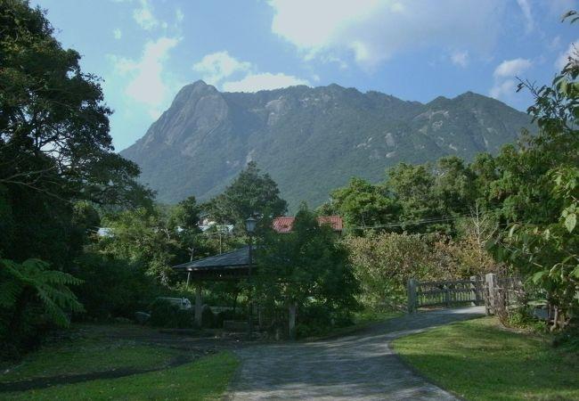 モッチョム岳を望む綺麗な公園