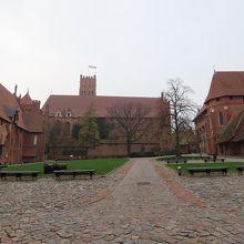 「中の城」広場。大きな岩や4人の偉人像がある。