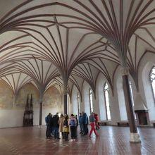 「中の城」大食堂。ツアー客の足元辺りに当時の床暖房跡がある。
