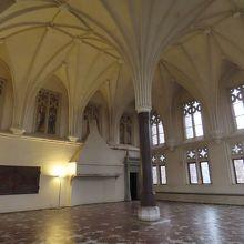「中の城」夏の食堂。被弾した跡が残る。