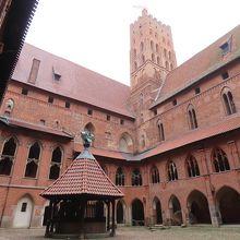 「高い城」中庭。