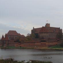 川の対岸から見るマルボルク城。