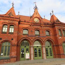 マルボルク駅。大きな交差点を超え商店街を抜け城へ。